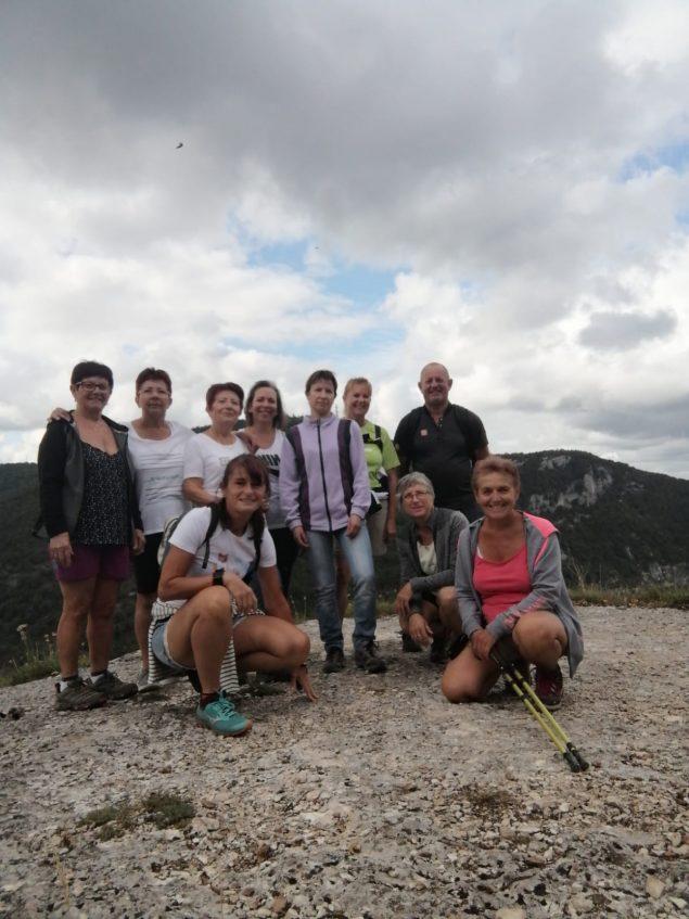 Dimanche 6 septembres 2020, une dizaine d'adhérentes (et un monsieur) de Gym Loisirs d'Etrez s'est rendue sur les sentiers menant aux imposantes falaises du Jarbonnet à Grand Corent. A dix heures, bien chaussées, elles se sont engagées sur le chemin avec un peu d'appréhension pour certaines, peu aguerries à la randonnée montagnarde. Si les jambes étaient un peu lourdes à l'arrivée, les marcheuses ont toutes apprécié les magnifiques panoramas plongeant sur les Gorges de l'Ain et la tranquillité du site et la traversée des charmants petits villages .